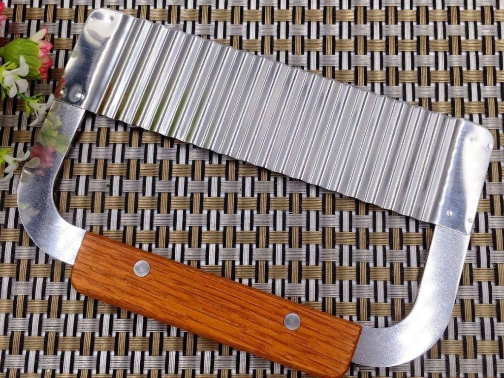 A crinkle cutter kitchen gadget