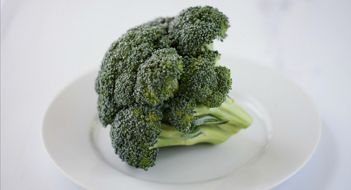 common keto mistakes about fat - avoiding fat - broccoli close up