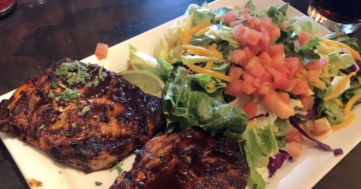 red robin keto dining guide – chicken platter with salad