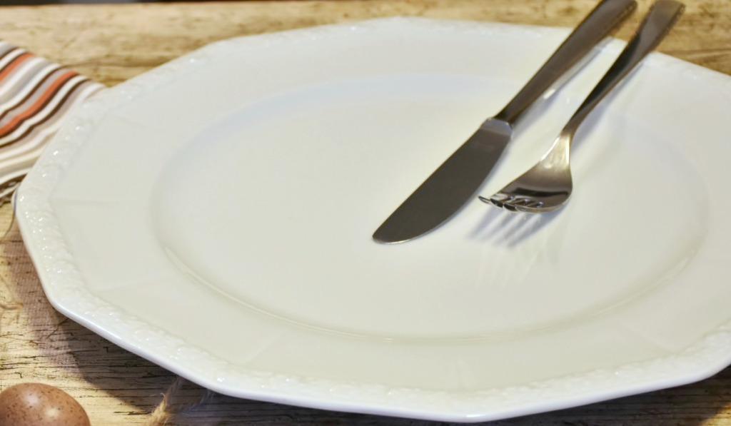 intermittent fasting eating schedule tips — empty plate for skipping meals