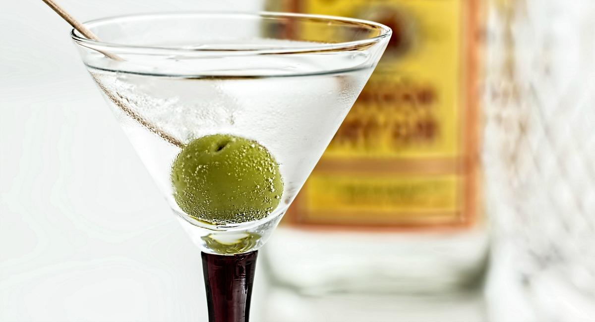 keto diet alcohol intolerance tips happy hour – a martini with olive