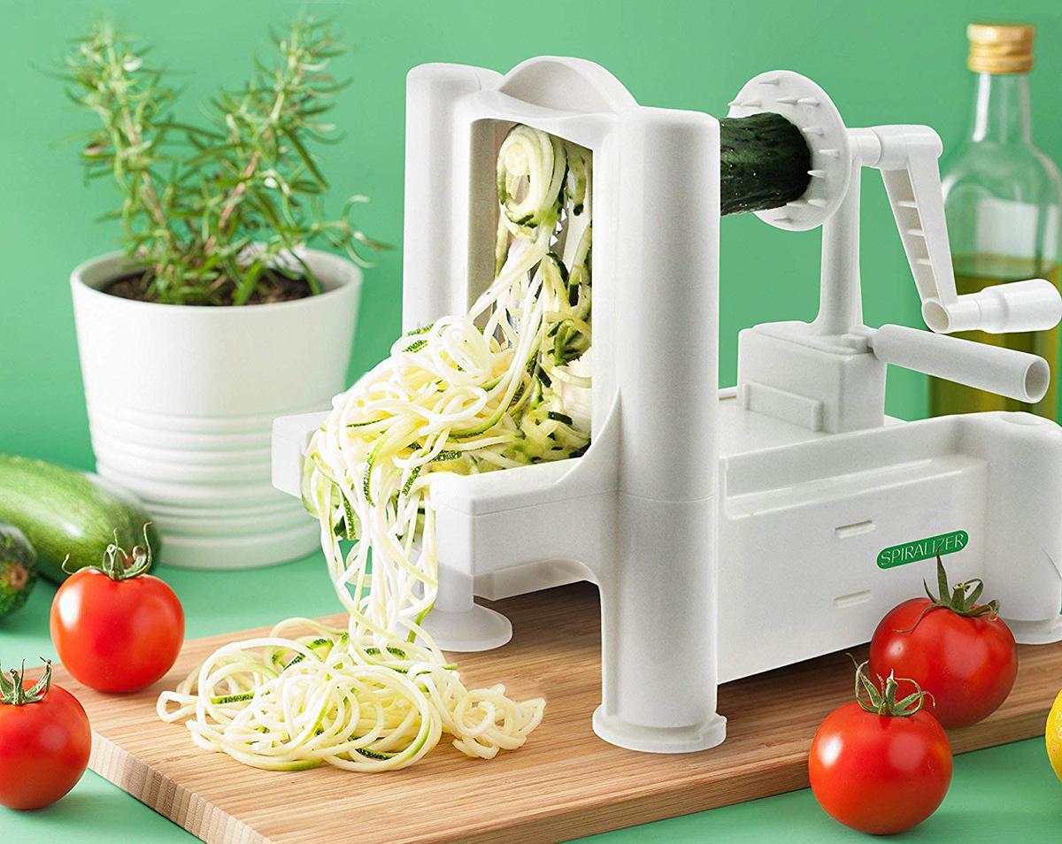 Spiralizer cutting zucchini