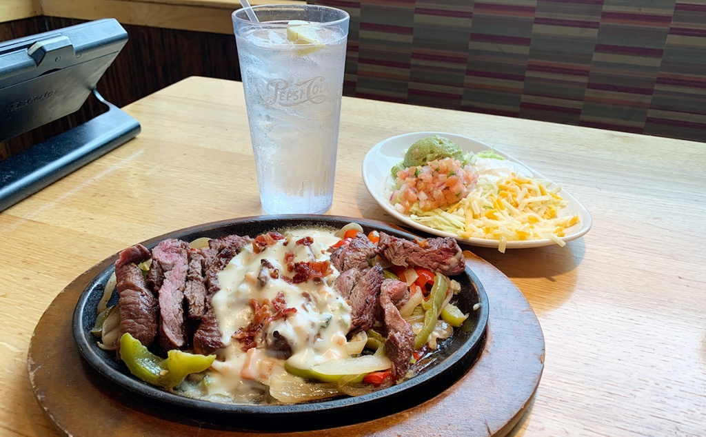 applebee's fajita queso platter with water
