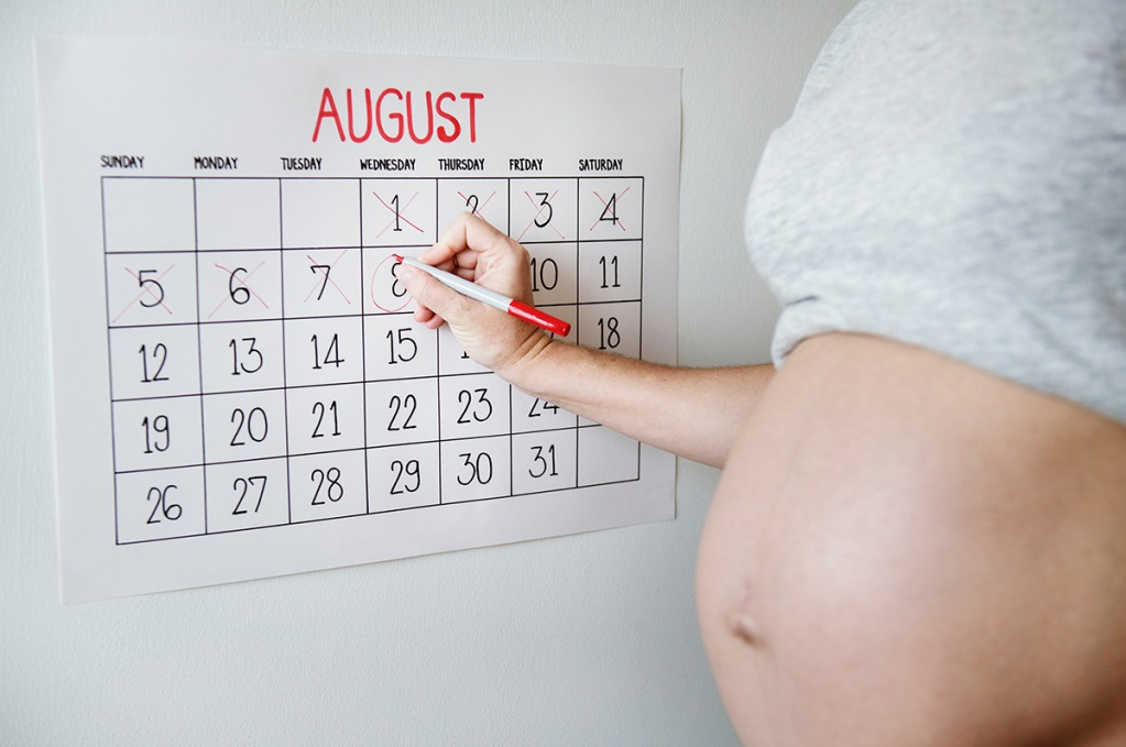 pregnant woman marking calendar