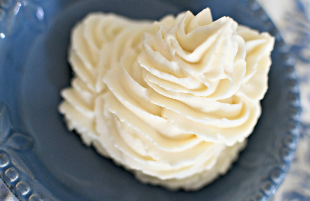 large swirl of keto cream cheese frosting
