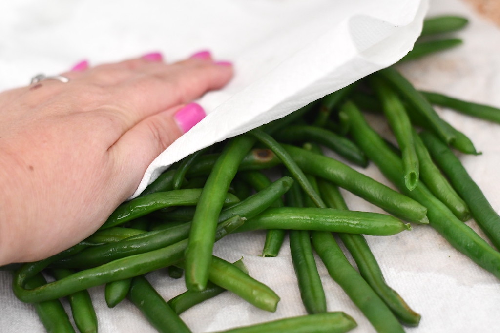 dry green beans with paper towel