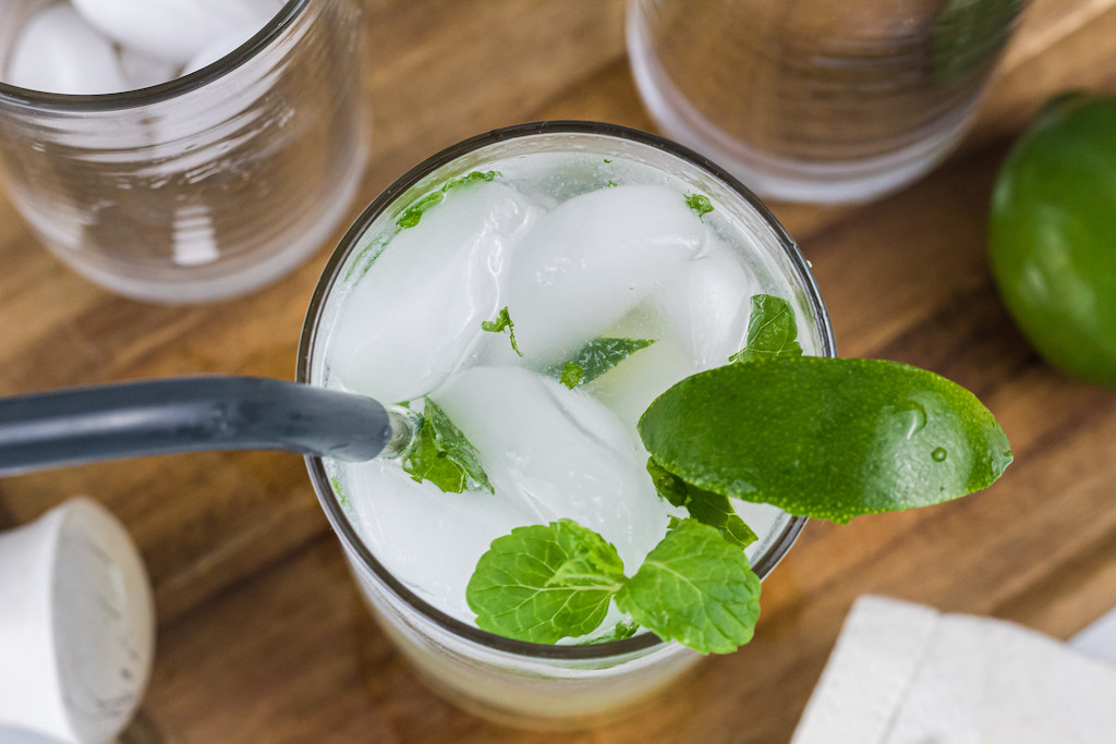 keto mojito drink with fresh mint leaves and ice