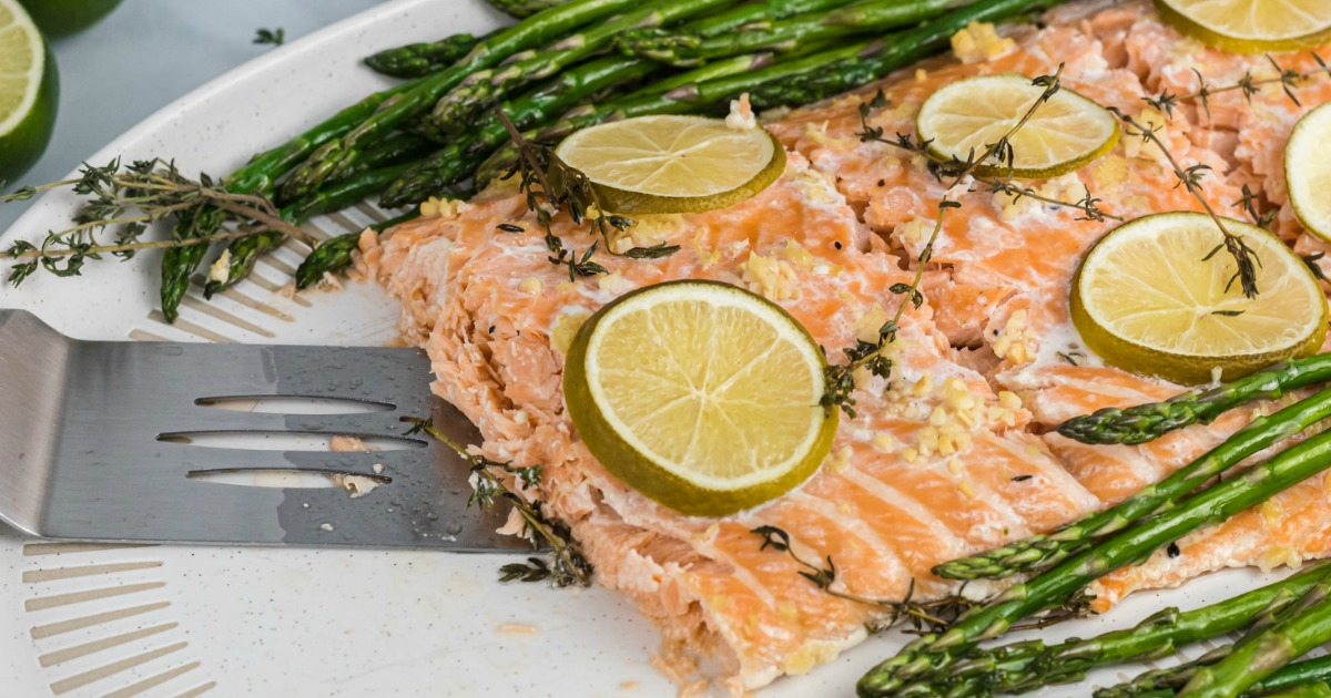 baked salmon with slices limes and asparugus