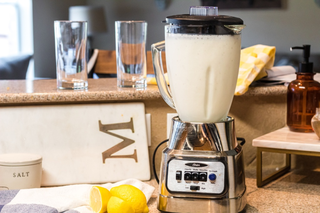 blender with ice cream and lemonade in it