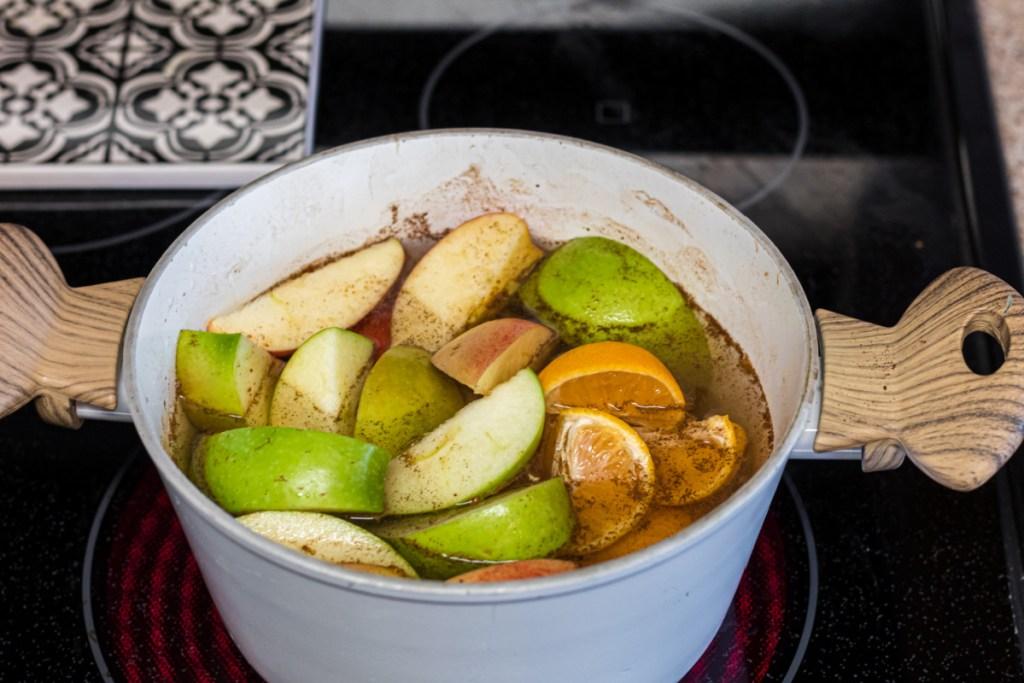 apples in saucepan