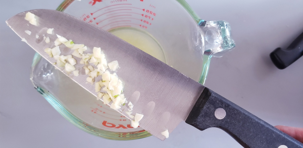 Garlic into lemon juice
