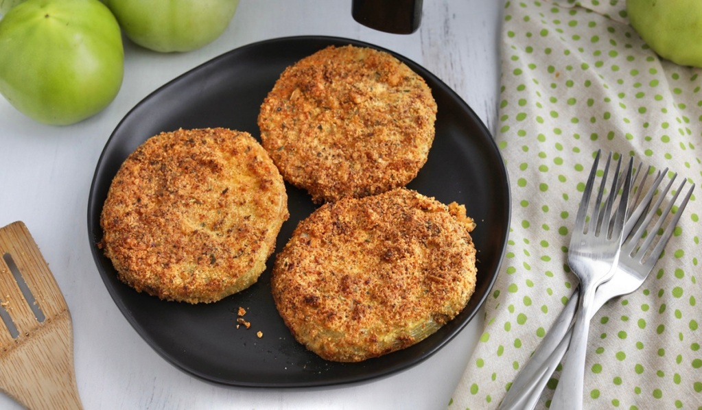 keto fried green tomatoes on a plate